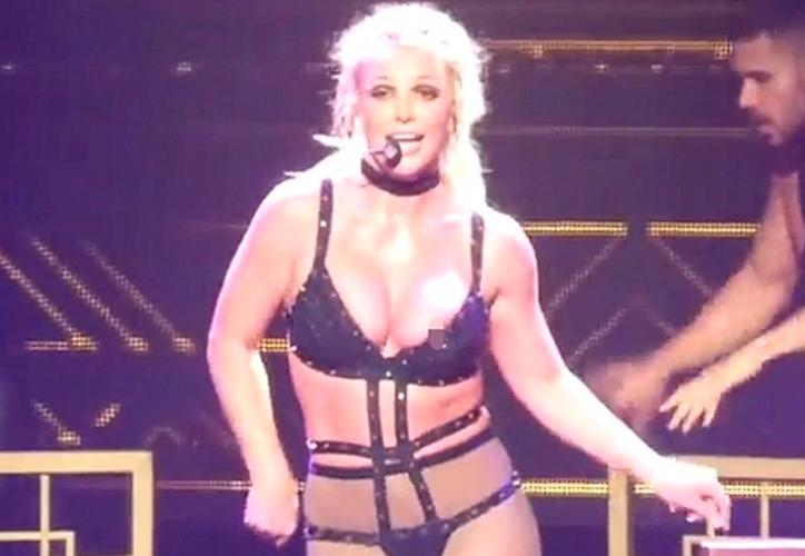 A la cantante se le movió el traje durante la interpretación de uno de sus más populares temas. (Internet)