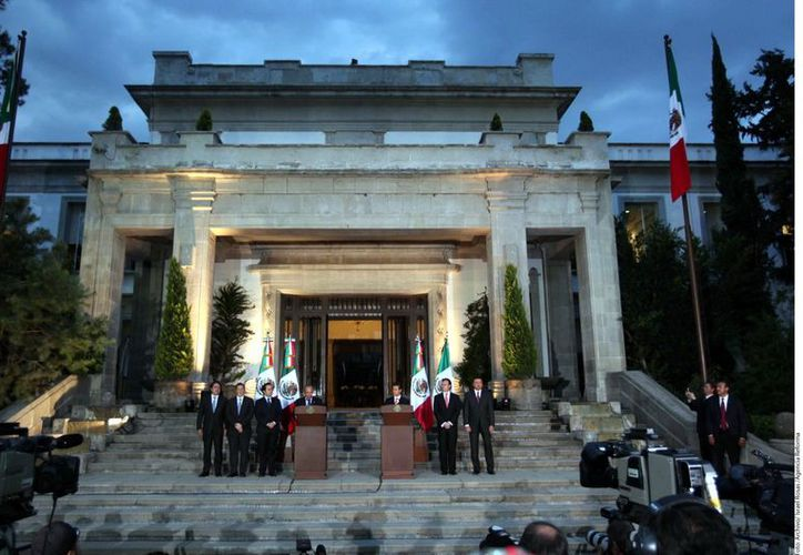 Las escalinatas de la residencia ya han sido escenario de apariciones de los Mandatarios saliente y entrante. (Agencia Reforma)