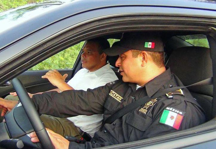 El gobernador estuvo con dos agentes desde las 06:30 horas recorriendo calles y hablando con ciudadanos de la zona sur de Mérida. (Cortesía)