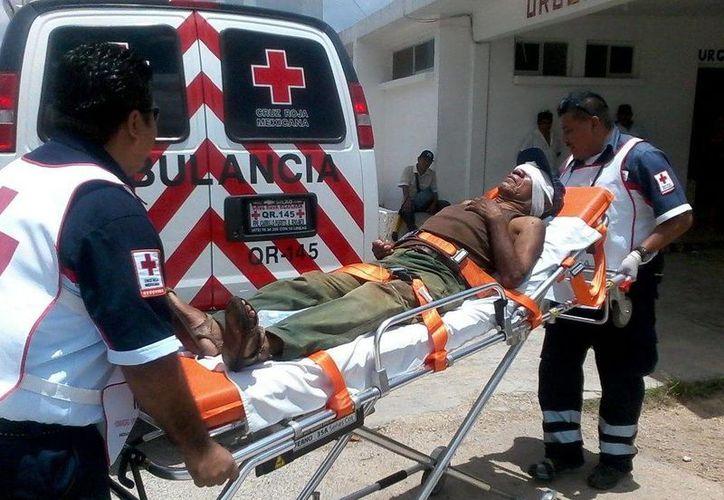 El anciano fue atendido por elementos de la Cruz Roja. (Manuel Salazar/SIPSE)