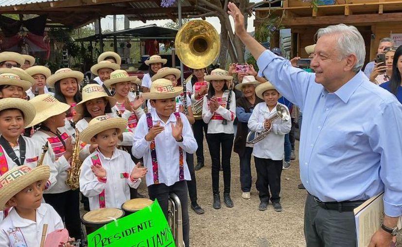 Varios medios internacionales como el New York Times, calificaron de irresponsable al presidente López Obrador por su política de abrazos en tiempos de coronavirus. (Foto: Reforma).