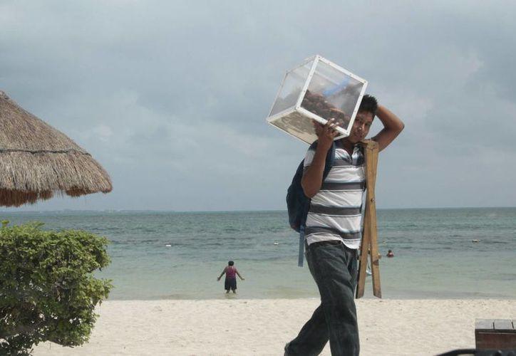 Los vendedores en las playas son personas de entre 40 a 58 años de edad. (Tomás Álvarez/SIPSE)