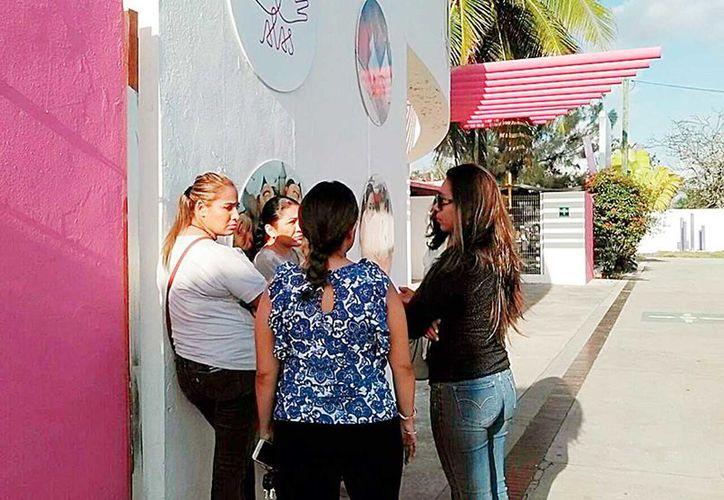 Reunidas afuera del plantel coincidieron en que los cambios continuos de docente perjudican el desarrollo de sus hijos.