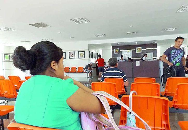 Los familiares de pacientes del Hospital General se quejaron en mayo de 2015 por la falta de aire acondicionado en el nosocomio. (Redacción/SIPSE)