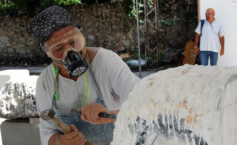 Los artistas trabajan en las obras que conformarán el parque escultórico. (Wilbert Argüelles/SIPSE)