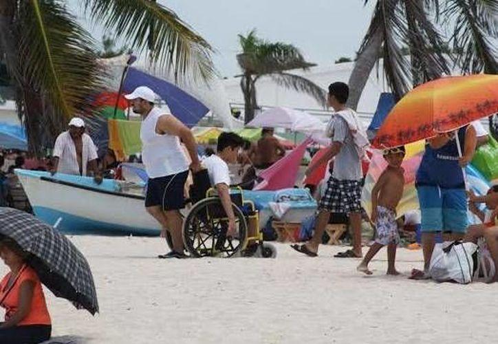Aspecto del primer domingo de agosto en la playa de Progreso, como parte de la temporada de verano 2014. (Óscar Pérez/SIPSE)