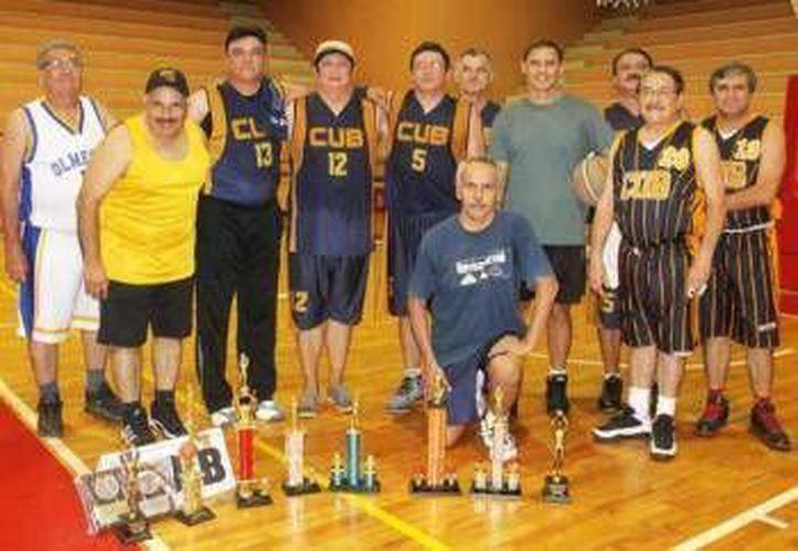 El torneo de veteranos de basquetbol cuenta con tres categorías. (Milenio Novedades)