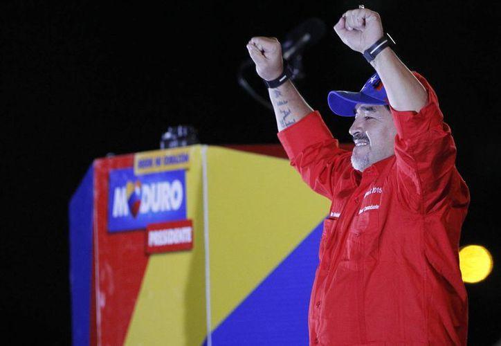 """Diego Armando Maradona se declaró """"chavista"""" en 2009, durante un acto por el décimo aniversario del inicio del mandato del fallecido líder venezolano. (EFE/Archivo)"""