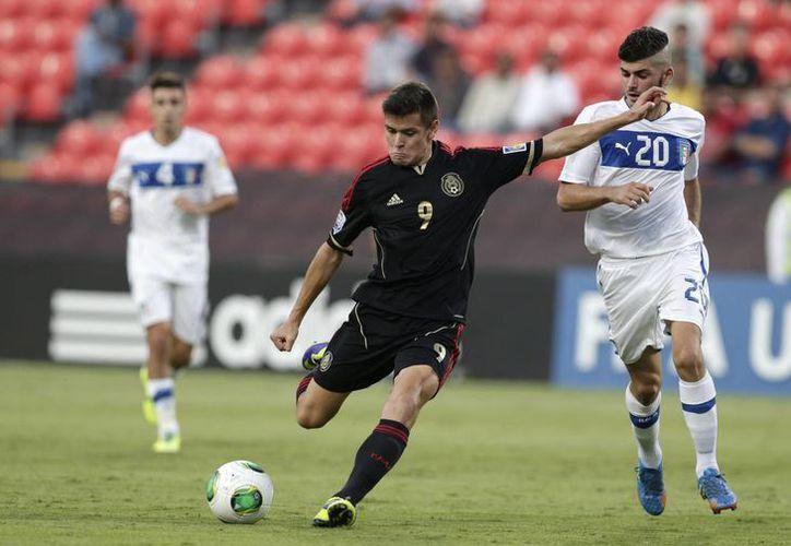 Alejandro Díaz al momento de conectar el balón que terminó en un ángulo de la portería italiana. (Agencias)