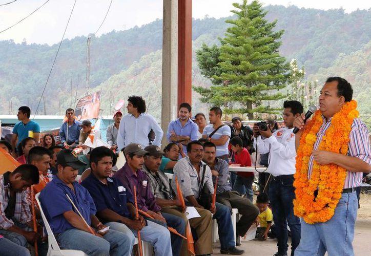 Luis Walton Aburto durante una visita a los municipios de la Sierra de Guerrero y la Montaña Baja del Estado. (Archivo/Notimex)