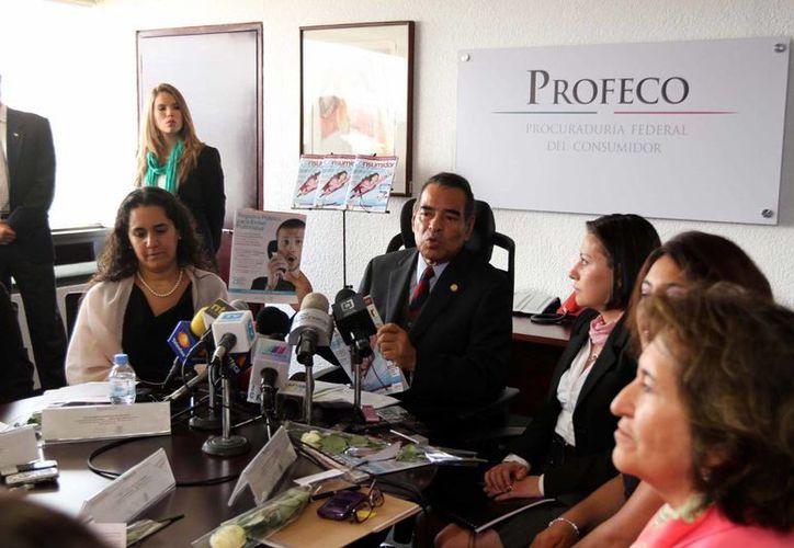 El procurador Federal del Consumidor, Humberto Benítez Treviño, presentó en conferencia de prensa, el nuevo programa y la edición especial de la Revista del Consumidor, dedicado a la población femenina. (Notimex)