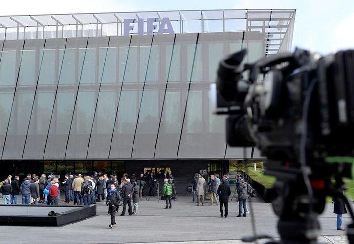 La fiscalía suiza investiga 121 cuentas sospechosas relacionadas con la FIFA. (AP)