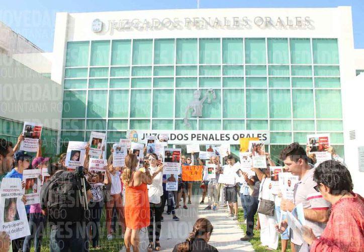 Los familiares y amigos del afectado se manifestaron afuera de los Juzgados Penales Orales. (Daniel Pacheco/SIPSE)