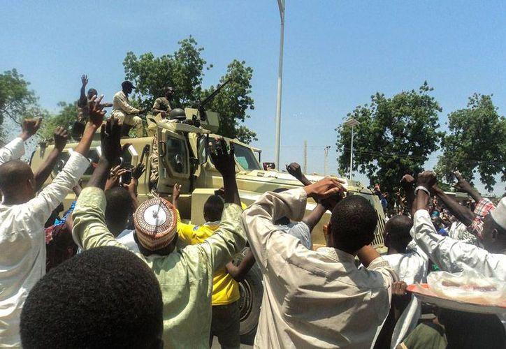 Boko Haram secuestró a 100 personas y mató a 30 en el norte de Nigeria. Muchos de los sobrevivientes huyeron hacia Maiduguri, a donde corresponde la imagen en la que se puede ver a ciudadano que animan a los soldados (Efe/Archivo)