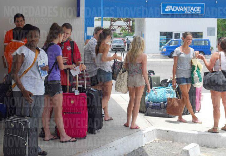 Recomendarán a los turistas abordar unidades Uber afuera de los hoteles. (Israel Leal/SIPSE)