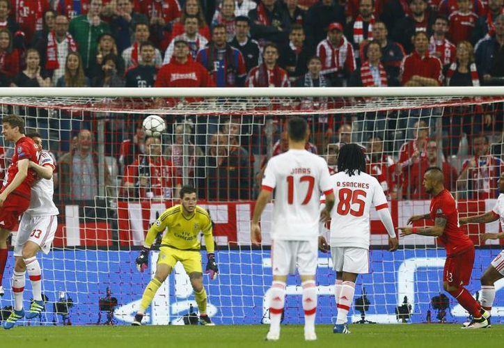 Un gol 'de vestidor' del chileno Arturo Vidal marcó la ventaja para el conjunto bávaro ante el Benfica de Portugal. (Imágenes de AP)