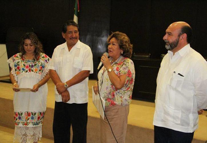 Florentino Balam Xiu, líder de la Sección 33 del SNTE, entrega la Declaración de Amealco a los diputados Flor Díaz Castillo y Luis Hevia Jiménez, presidenta de la mesa directiva, y líder de la Junta de Gobierno y Coordinación Política del Congreso de Yucatán. (Cortesía)