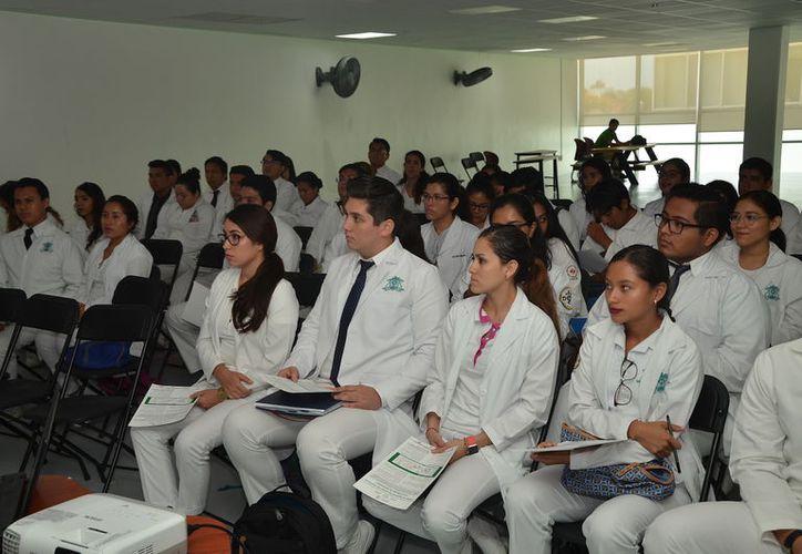 Los alumnos, de la Universidad de Quintana Roo iniciaron este mes de julio y concluyen el próximo julio de 2018. (Joel Zamora/SIPSE)