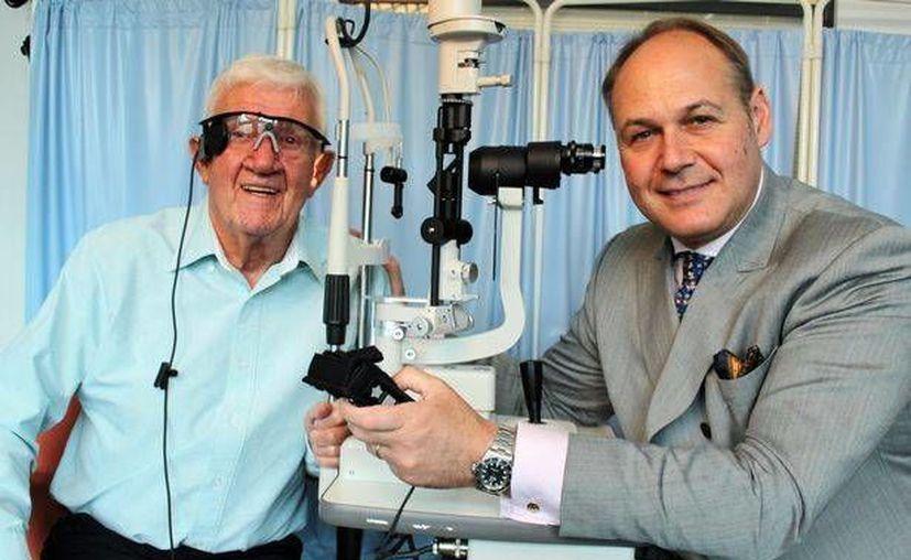 Ray Flynn con el cirujano Paulo Stanga, quien realizó la operación de implante de retina. (Foto: www.manchestereveningnews.co.uk)