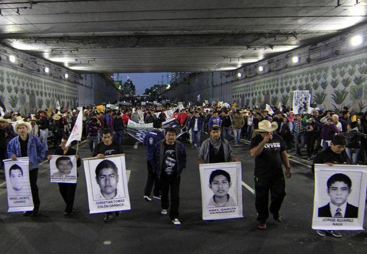 El informe del GIEI evidencia que los supervivientes fueron tratados mal por la Policía federal y el Ejército. Imagen de contexto de una de las marchas de familiares y activistas por los 43 estudiantes desaparecidos en Guerreo. (Agencias/Notimex)