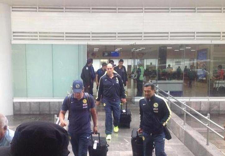 Jugadores del América a su arribo este domingo al aeropuerto de Cancún. (Foto: Récord MX)