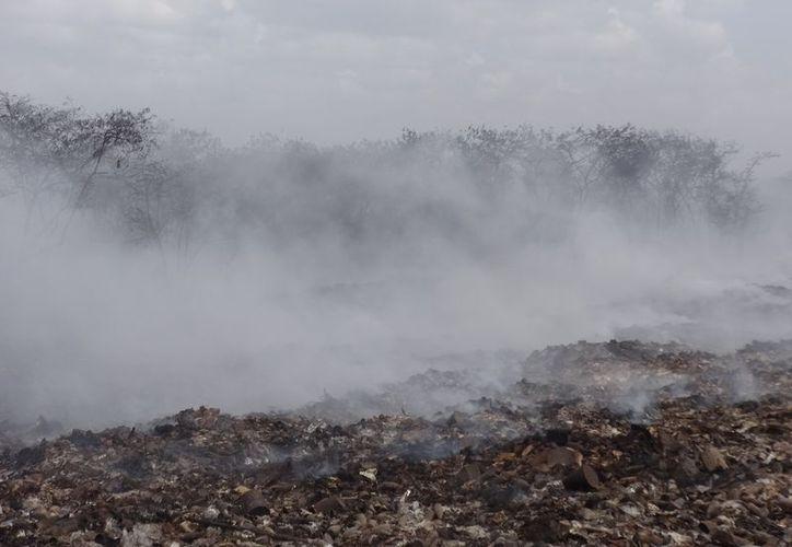 La concentración de gases dificulta los trabajos de combate y el humo afecta a la población de las colonias cercanas. (Joel Zamora/SIPSE)