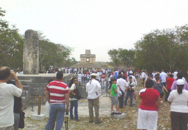Turistas y visitantes se quedaron con las ganas de ver a kin en Dzibilchaltún. (José Acosta/SIPSE)