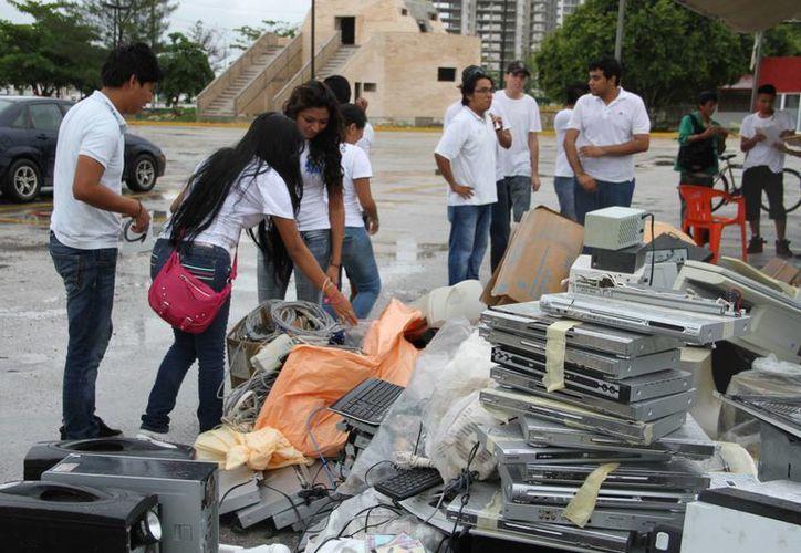 Depositaron materiales reciclables como computadoras viejas, papel y plástico, entre otros. (Tomás Álvarez/SIPSE)