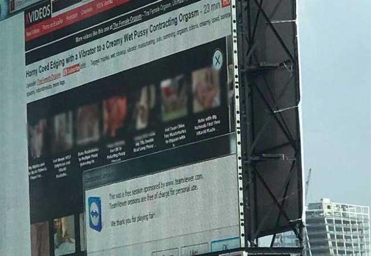 El video fue exhibido sobre el segundo piso del Periférico a la altura de la Avenida San Antonio, al sur de la Ciudad de México. (Excélsior)