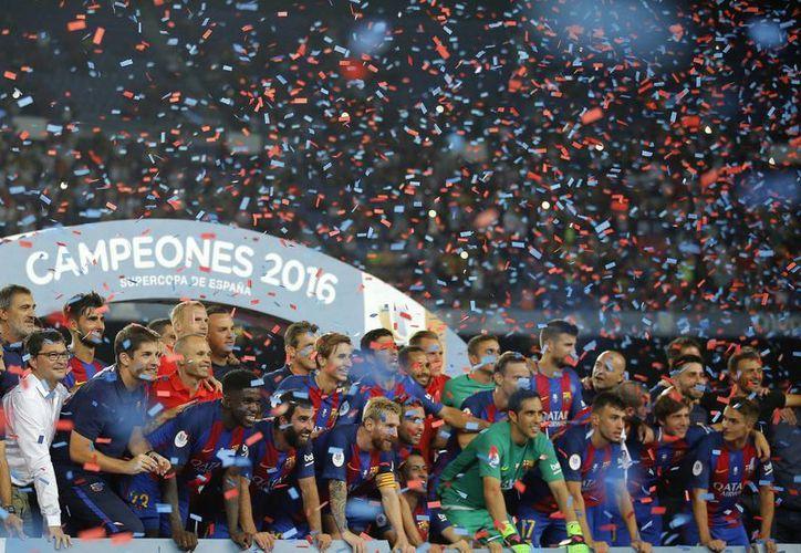 El Barcelona obtiene su primer campeonato de la temporada con gran facilidad, antes del inicio de la Liga.(Manu Fernández/AP)
