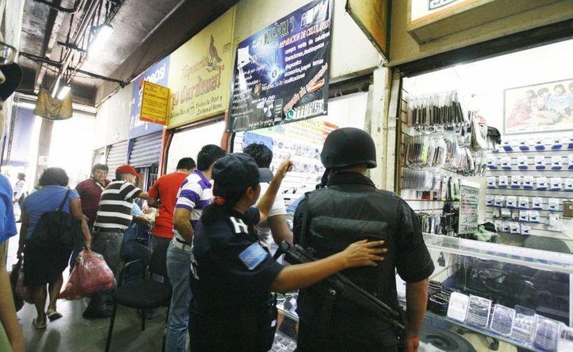 A pesar de que cámaras de seguridad, vigilantes y el lugar opera las 24 horas, nadie se dio cuenta del robo a la tienda. (Milenio Novedades)