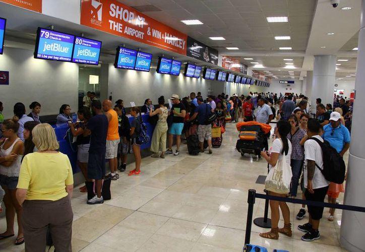 Llegan en la terminal 2 los vuelos de Centro y Sudamérica. (Gonzalo Zapata/SIPSE)