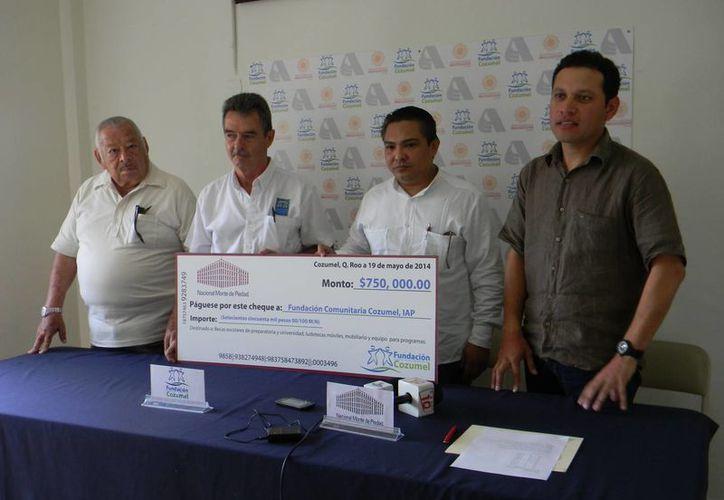 La entrega del valioso chequ se realizó en las Instalaciones de la Fundación Cozumel. (Julian Miranda/SIPSE)