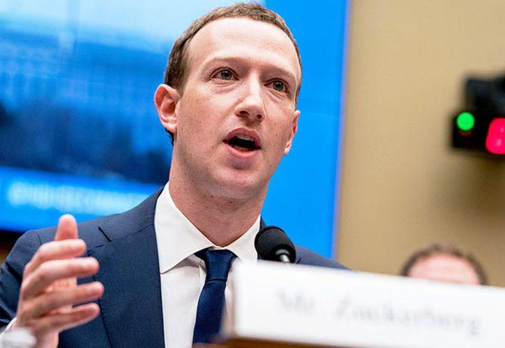 Mark Zuckerberg y Facebook Inc. enfrentan una demanda de uno de sus accionistas. (AP)