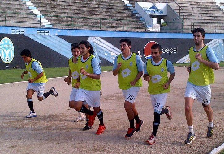 """Con entusiasmo ayer los jugadores entrenaron en el """"Carlos Iturralde"""". (Milenio)"""