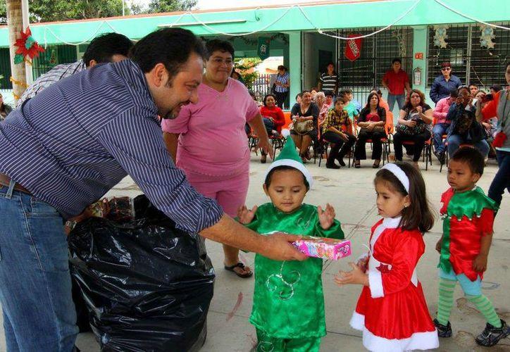 El diputado Francisco Torres Rivas durante la entrega de juguetes en el CAM 28 de Chenkú. (SIPSE)