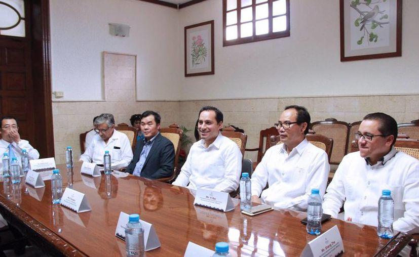 El alcalde Mauricio Vila Dosal recibió este viernes a una delegación de Shangrao, China, que ha tenido un gran crecimiento en lo relacionado con la energía solar, ópticas y manufactura de vehículos y que tiene interés de hermanarse con Mérida. (Fotos  cortesía del Ayuntamiento)