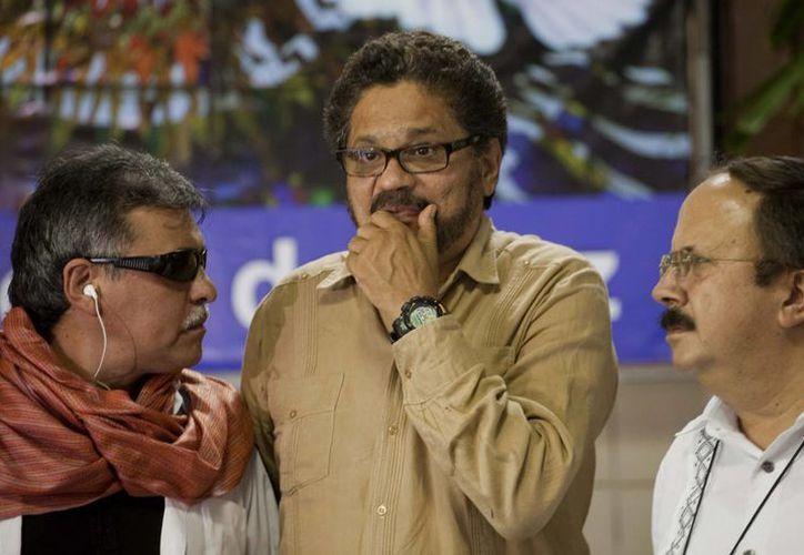 Iván Márquez, jefe negociador de las  FARC (c), junto a Jesús Santrich (der) y Andrés París. (Agencias)