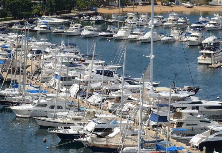 Fueron mil 600 las embarcaciones de dueños de EU y Canadá inspeccionadas por autoridades mexicanas en noviembre. En la foto, yates en la bahía de Acapulco. (Agencias)
