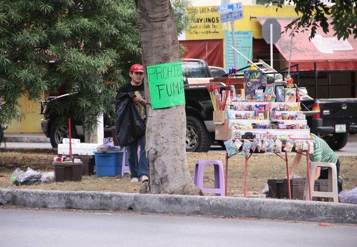 El Ayuntamiento de Mérida autorizó 500 permisos para la venta de 'bombitas' en esta temporada navideña. Los expendedores tomaron un curso de Protección Civil. (Jorge Acosta/SIPSE)