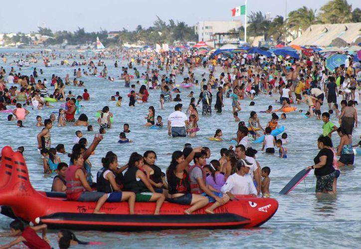 El calor aumentará aún más en las próximas horas en los tres estados de la Península de Yucatán, de acuerdo a la Conagua. En la foto, vacacionistas en Progreso. (Milenio Novedades)