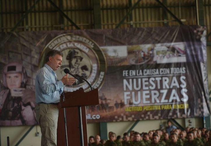 El presidente Juan Manuel Santos, en su visita al Fuerte Militar de Larandia, donde explicó a las tropas los acuerdos alcanzados con las rebeldes FARC. (Archivo/Notimex)