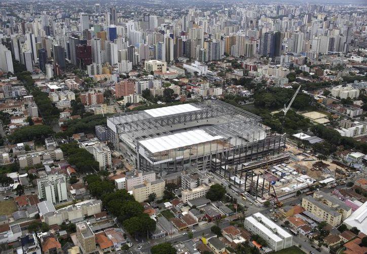Ante los decesos registrados se supendió la remodelación del estadio Amazonio. Se estima que este lunes continúen los trabajos en el estadio mundialista. (Agencias)