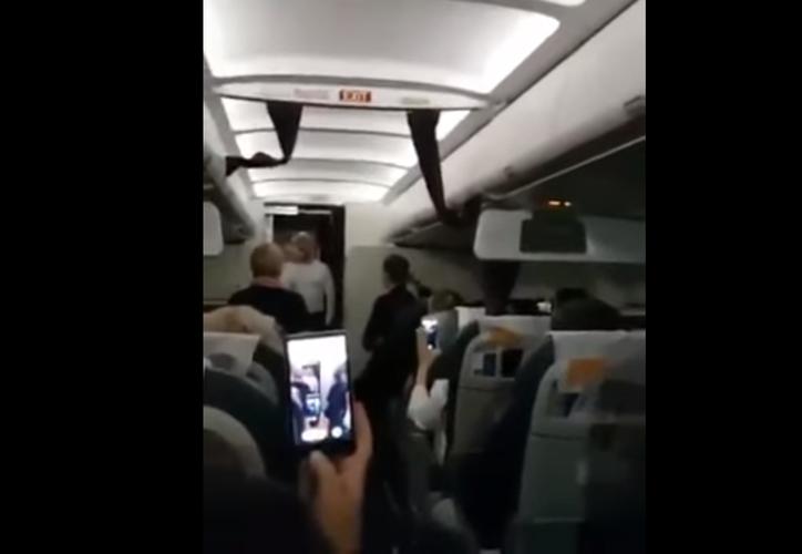 El avión, que volaba con 156 pasajeros a bordo, realizó el aterrizaje sin incidentes. El vuelo llegó a su destino con 12 horas de retraso. (Foto: Captura de Pantalla/YouTube)