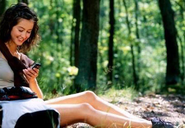 Existen aplicaciones para conocer cuánto contaminamos el medio ambiente con el uso del celular. (Foto de contexto/SIPSE)