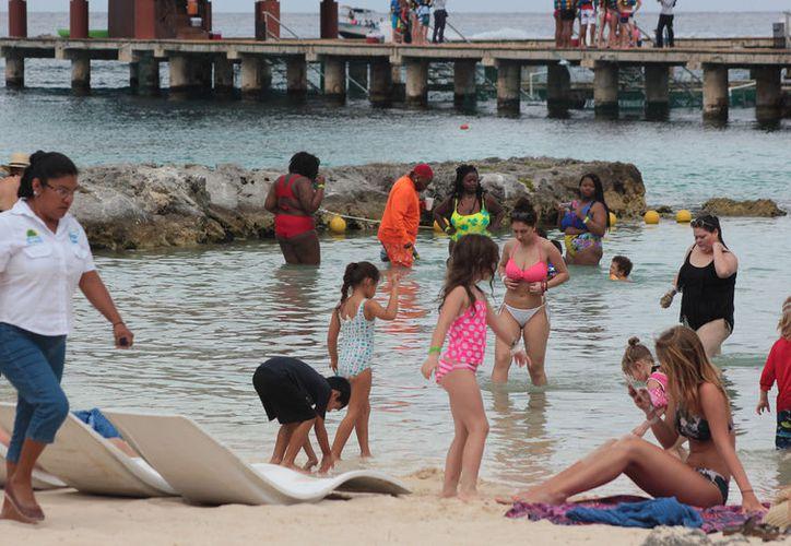 Reportan buena afluencia de turistas en Cozumel; prevén el arribo de más visitantes nacionales. (Foto: Gustavo Villegas)