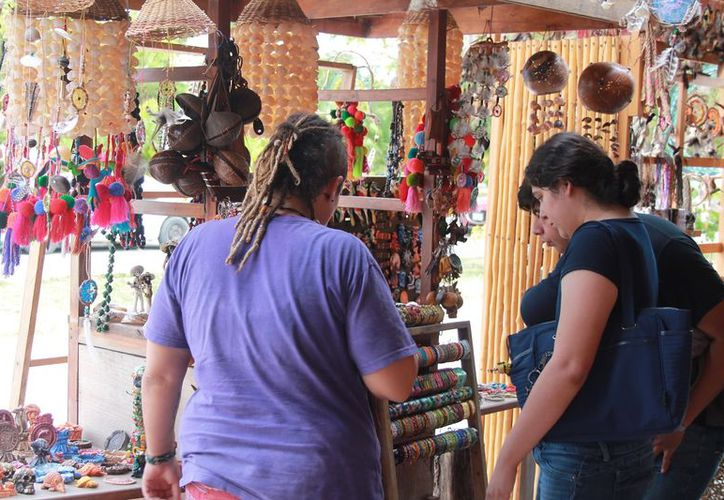 Quienes más adquieren los trabajos son los visitantes del centro del país, que quedan maravillados con las bellezas de Bacalar y sus alrededores. (Javier Ortiz/SIPSE)