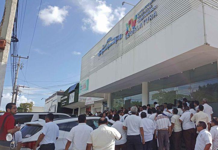 Los operadores esperaron que finalice la reunión afuera de las oficinas el congreso con representación en la zona norte. (Jesús Tijerina/SIPSE)