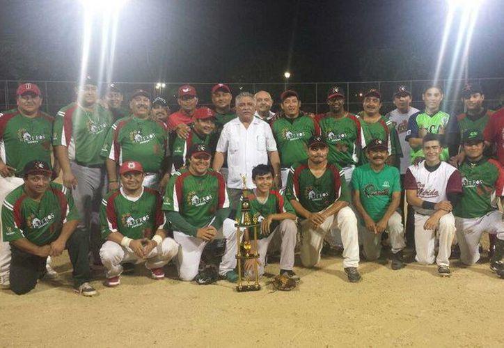 Potros del Sindicato de Burócratas celebran su coronación en el torneo de Primera Fuerza de Softbol en la colonia Esperanza. (Milenio Novedades)