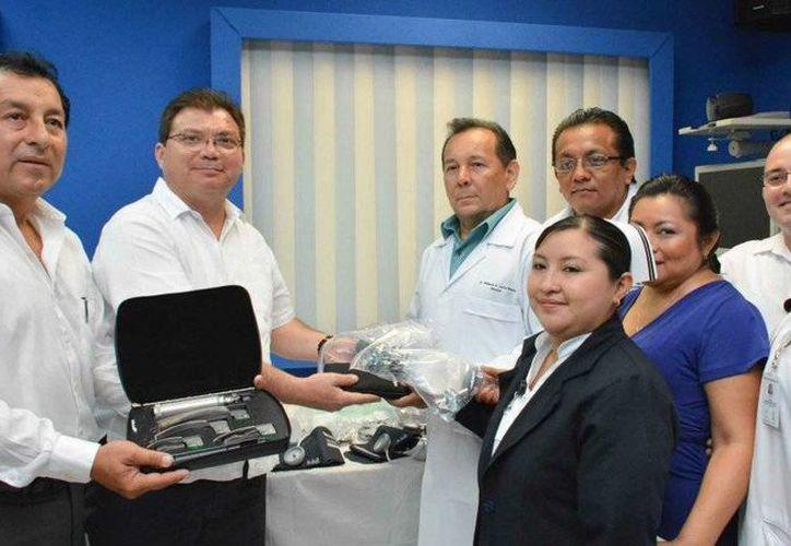 El secretario de Salud, Jorge Mendoza Mézquita, entrega equipamiento a doctores del Hospital Comunitario de Ticul. (SIPSE)